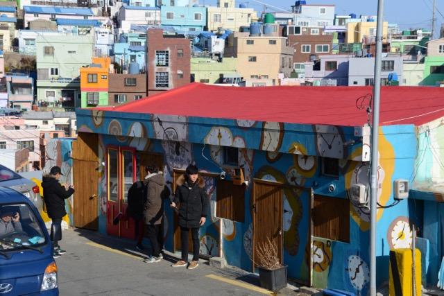 地元の若者に人気の観光スポット、ポップでカラフルなアートに溢れる村