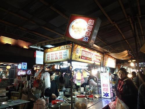 【台湾】お餅のかき氷が癖になる!B級グルメの屋台が並ぶ「寧夏夜市」