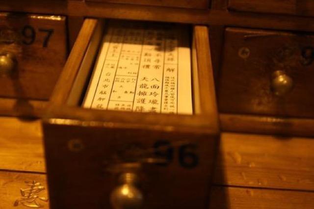 台湾式のおみくじも。台北一のパワースポット「龍山寺」でお参り