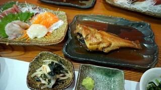 海を眺めながら美味しい煮魚が食べられる。漁港直営店「かあちゃんの店別館」