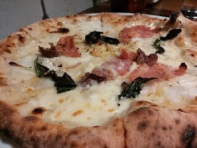 【日本橋】惜しげも無くのったチーズに大満足!行列ができる有名ピザ店