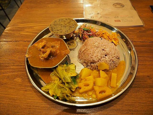 お肉がゴロゴロ入ったネパールカレーが美味しい「ダルバート食堂」