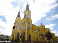【チリ】黄色くてかわいい。チロエ島の世界遺産教会を見学