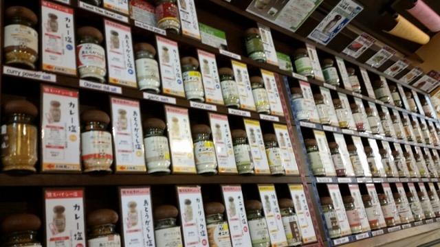 【沖縄】ピリ辛挽き肉にレモンを絞って。石垣の美味しい「白いタコライス」