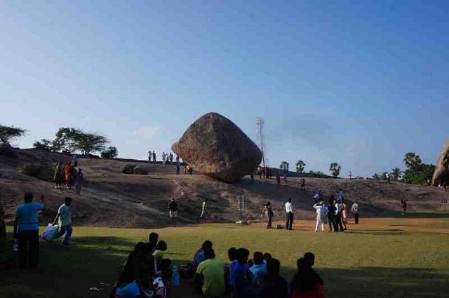 何で落ちないの?直径約10mの巨大な岩「クリシュナのバターボール」