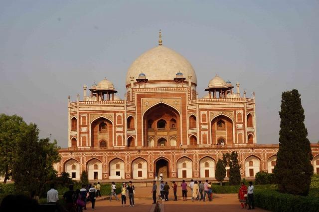 インドの世界遺産。どこから見ても左右対称、夕景に映えるフマユーン廟