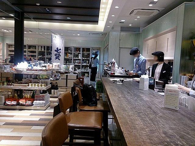 手に入りにくい日本酒が定価で。ちょい呑みもできるお気に入りの酒屋さん