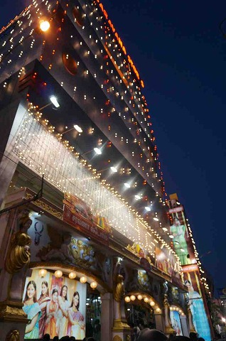 彫像で埋め尽くされた約40mの塔門が有名!南インドのヒンドゥー寺院を見学