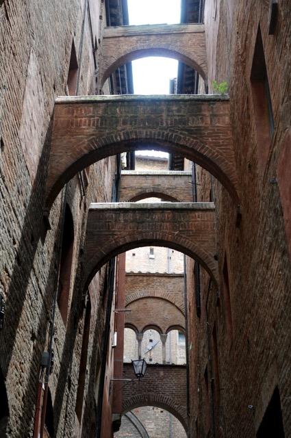 中世へタイムスリップ、レンガ色の美しい町シエナ