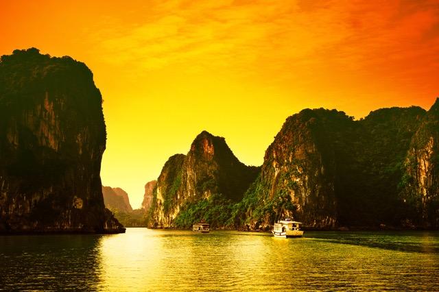 まるで絵画の世界!無数の奇岩が浮かぶ世界遺産・ハロン湾をクルーズ