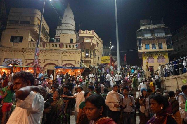 これぞインドの日常。ガンジス川のお散歩とお祈りの儀式