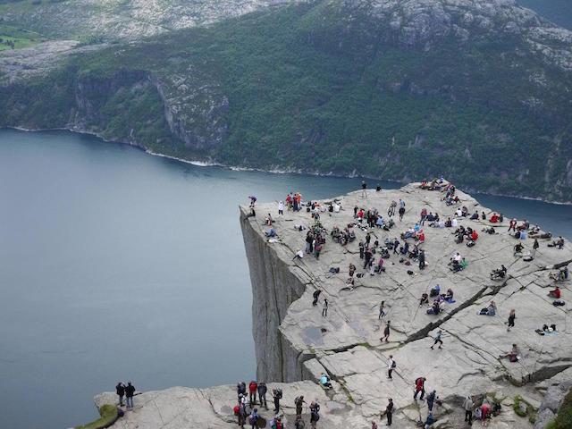 実はたどり着くまで死ぬほどキツイ、ノルウェーの絶景「プレーケストーレン」