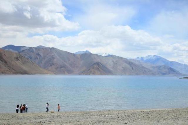世界で最も高い場所にある塩湖。心に染みる「パンゴン・ブルー」の絶景