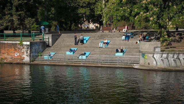 気分はビーチサイド?固いコンクリートの階段で快適に日光浴が楽しめるベンチ