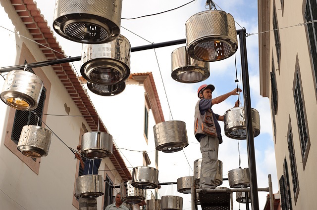 古い洗濯機のドラムが、ポルトガル離島で美しいランプに変身!