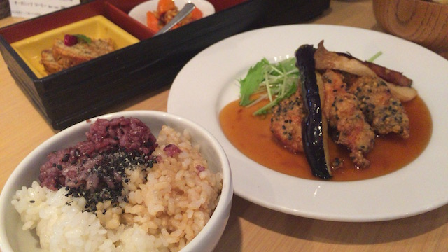 玄米、胚芽米、黒米の三種盛りに感激!オーガニックレストラン&デリみどりえ