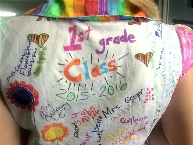 世界にひとつだけ!クラスの思い出のキャンバスは、担任の先生のドレス