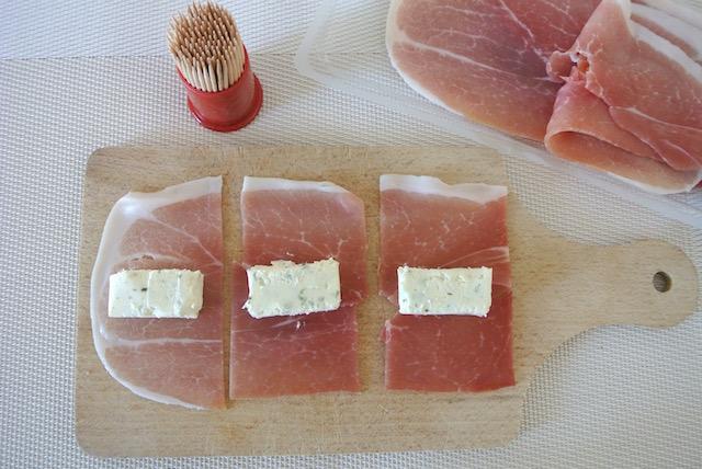 3分で完成!フランスで大人気のひんやりおつまみ「生ハムのガーリックチーズ巻き」