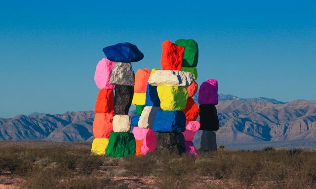 ネバダ州の砂漠に突如現れるカラフルな岩!セブンマジックマウンテン