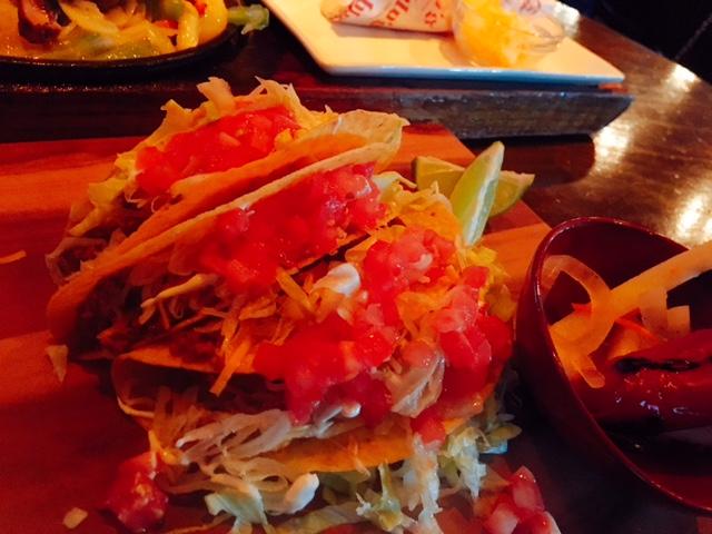 ラスベガスらしいファンキーな外観が楽しい!大賑わいのメキシコ料理屋さん