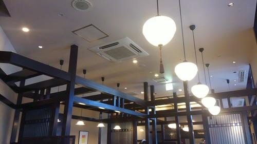 落ち着いた店内でゆっくり休憩。趣のあるカフェのアイスカフェオレ