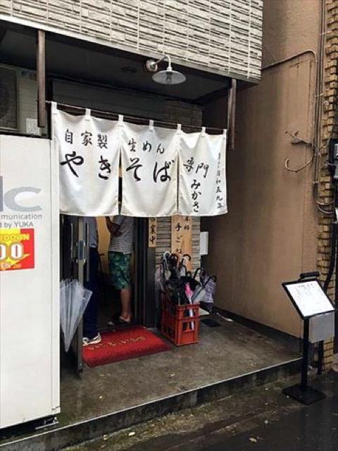 モチモチ太麺と長葱のハーモニー。台風でも行列の絶えないやきそば専門店