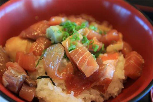 【山形グルメ】酒田のづけ丼と魚介のだしがきいた冷たいワンタン麺