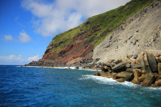 まるで要塞!青い海に囲まれたコンクリートの壁。青ヶ島唯一の港「三宝港」