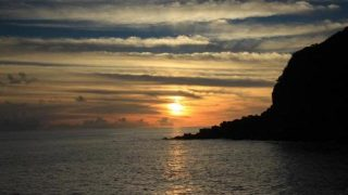 絶景!ダイビングスポットの美しい藍色の海から望む八丈島・藍ヶ江港の夕日