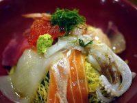 城崎温泉で湯めぐりの前に夕ご飯。 御所の湯と一の湯の間にある「をり鶴」。 湯上りセットというのに、とても心惹かれたのだけどお風呂入る前だったので、ちゃんとした食事を。 ランチは1,000円台で比較的リーズナブル。夜の海鮮丼は1,250円、上海鮮丼2,100円、特上海鮮丼3,500円の3種類。せっかくなので、ちょっと贅沢して上海鮮丼を。 まぐろ、サーモン、いか、ゲソ、ハマチ、甘エビ、いくら。 赤だしのお味噌汁がおいしい。創業は昭和17年で、いまだ三代目だとか。実は城崎温泉には、いくつか海鮮丼を食べさせてくれるお店があるのです。海が近いからですかね。ここは老舗のお寿司屋さんだけあってネタが新鮮です。城崎駅からはちょっと歩くけれど、2,000円出すならここまで来た方が正解だと思います。