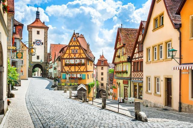おとぎの世界のような風景に魅せられる!ロマンティック街道の小さな街3選