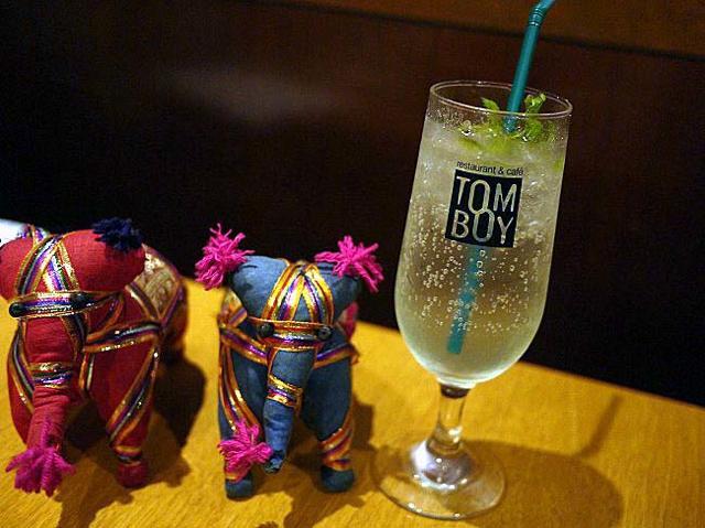 インド料理をモアイと楽しむ不思議空間。渋谷「トムボーイ」