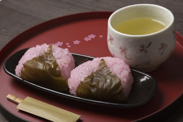 旅のマナーに関する連載クイズ【5】おもてなし編・お茶とお菓子はどちらを先に出す?