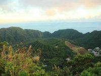 丘の上から眺める絶景。まるで映画の世界のような青ヶ島の夕日スポット