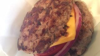 ジューシーなお肉ではさむハンバーガー!錦糸町「シェイクツリー」