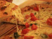 八丈島のチーズを使った限定ピザは必見。オシャレで美味しい本格石釜ピザ屋