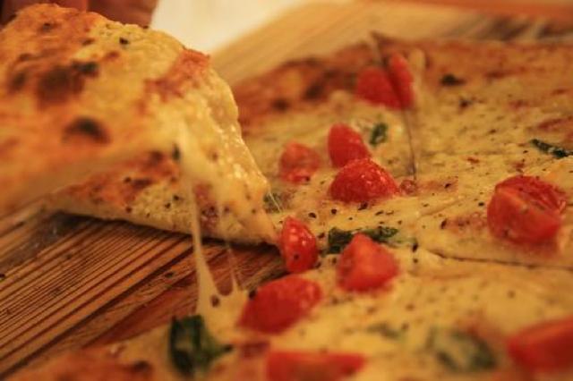 八丈島のチーズを使った限定ピザも。オシャレで美味しい本格石釜ピザ屋