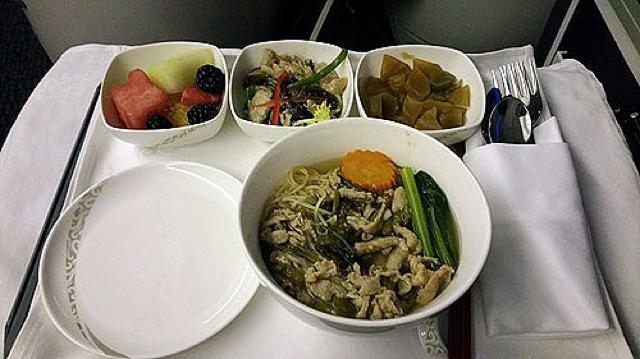 ワインで一息。中国国際航空「パリ~北京」ビジネスクラスの機内食レポート