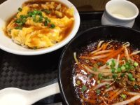 ウマ辛担担麺と蟹天津丼のハーフ&ハーフのセット「トゥーランドット游仙境」