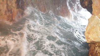 大自然のパワーと波しぶきの迫力がすごい!エレベーターで行く和歌山県の洞窟