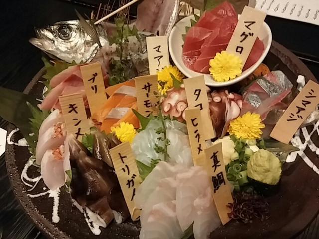 選べるお得な日本酒飲み比べと豪華なタラバ蟹!新宿歌舞伎町の魚屋商店