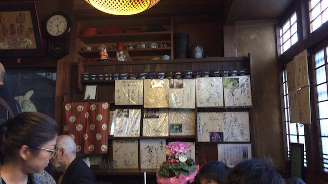 行列のできる大阪最古のうどんやで人気名物「ささめうどん」を食す