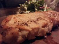 分厚い赤豚のステーキやオシャレおつまみが人気。新宿御苑のビストロ