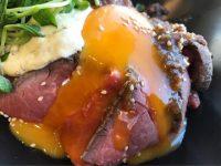 ソファー席でゆったりと。美味しいローストビーフ丼を堪能