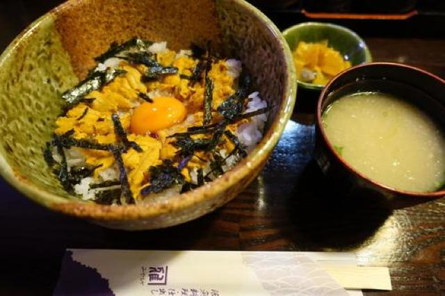 甘みある濃厚うに丼を食べたあとは、大島石を使った石のカフェでほっと一息