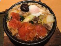 麺の増量が3玉まで無料。ぐつぐつ煮込まれたすき焼きトマトうどんで温まる