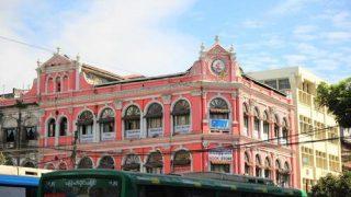 古びたイギリス風コロニアルの建物が残っているミャンマーの町を散策