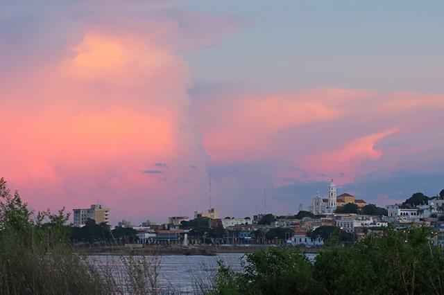 ピンク色に染まる夕日がとても美しい。ベネズエラのシウダー・ボリバル