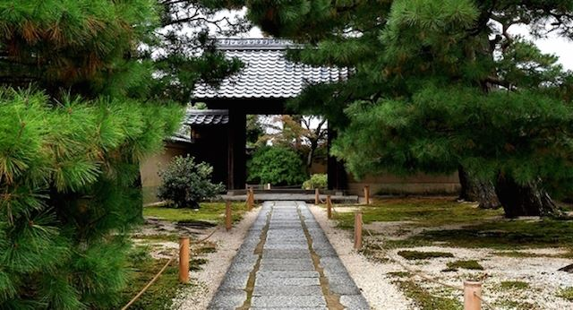 【世界遺産】静謐な空気に身を正す、非公開の京都の寺に泊まる旅