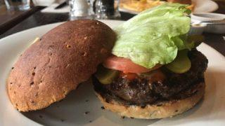 お肉の旨味がつまったパテのハンバーガー。恵比寿ゴッサムグリルでランチ